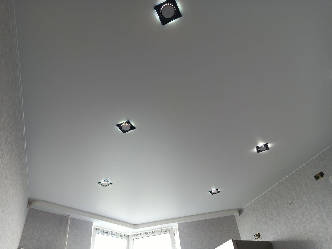Белый натяжной потолок в гостиную с эркерным карнизом