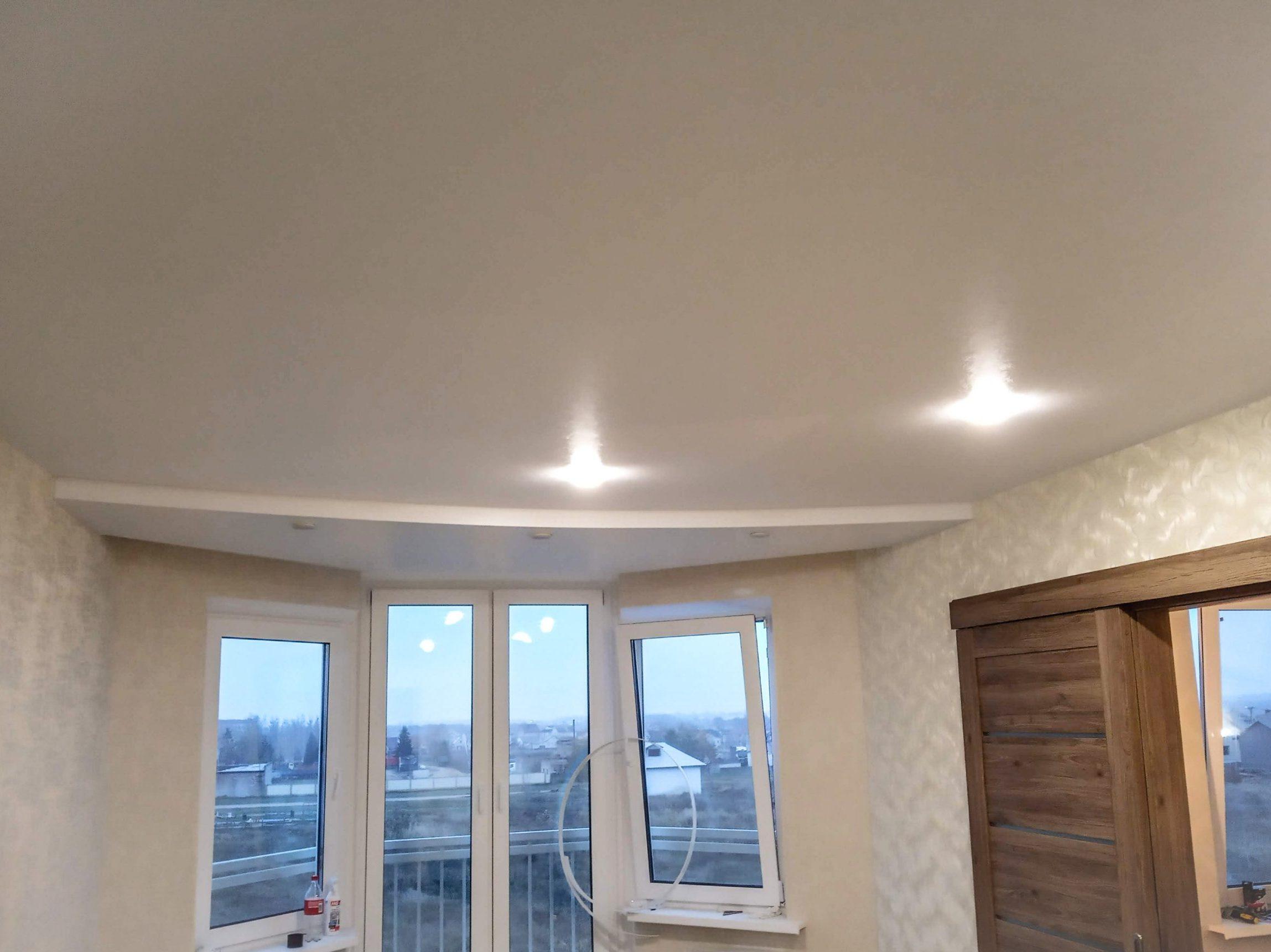 Сатиновый двухуровневый белый натяжной потолок со скрытой нишей