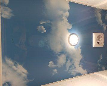 Натяжной потолок «Небеса» в санузле