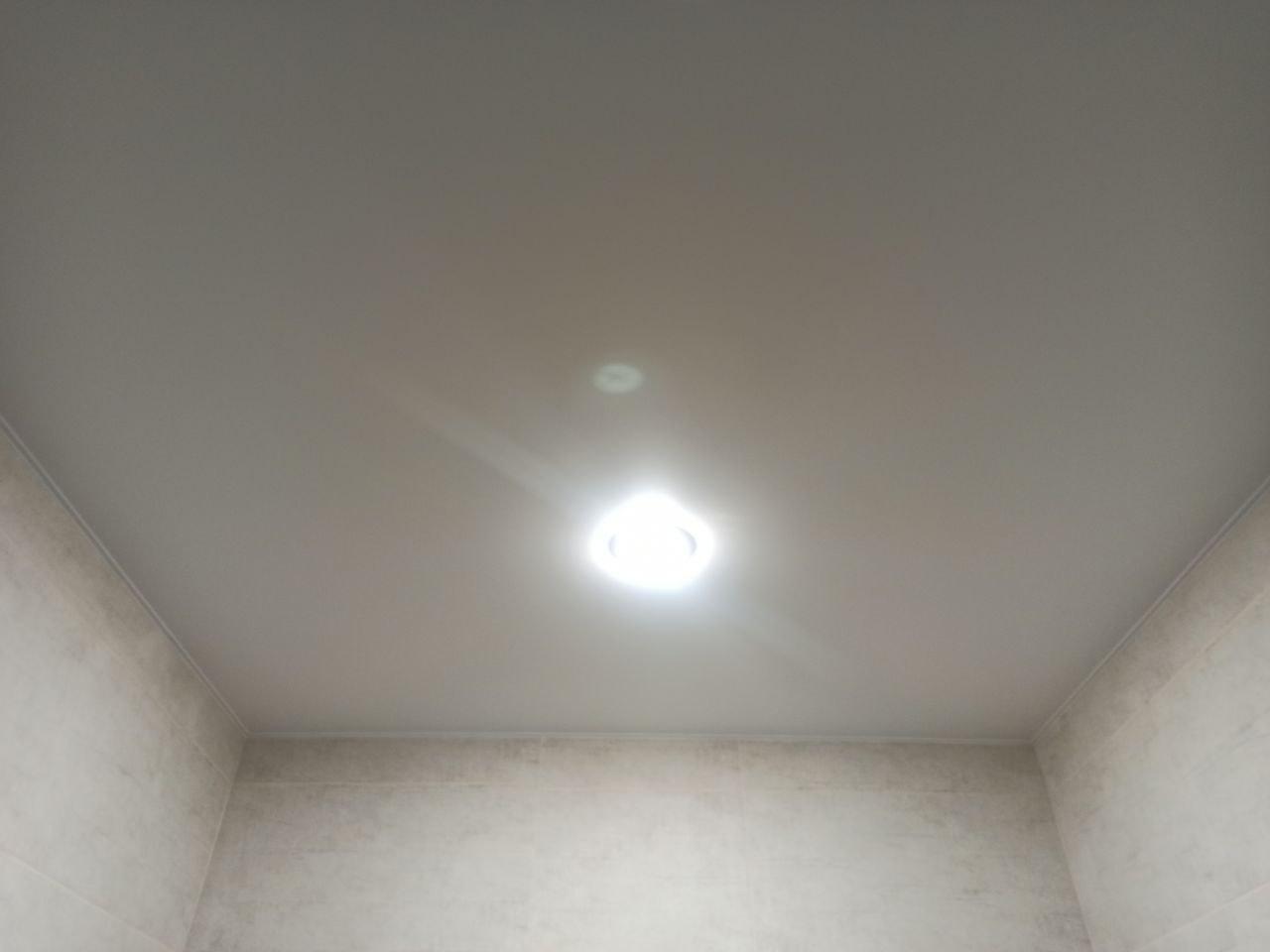 Сатиновый потолок в санузле с двумя светильниками и вытяжкой