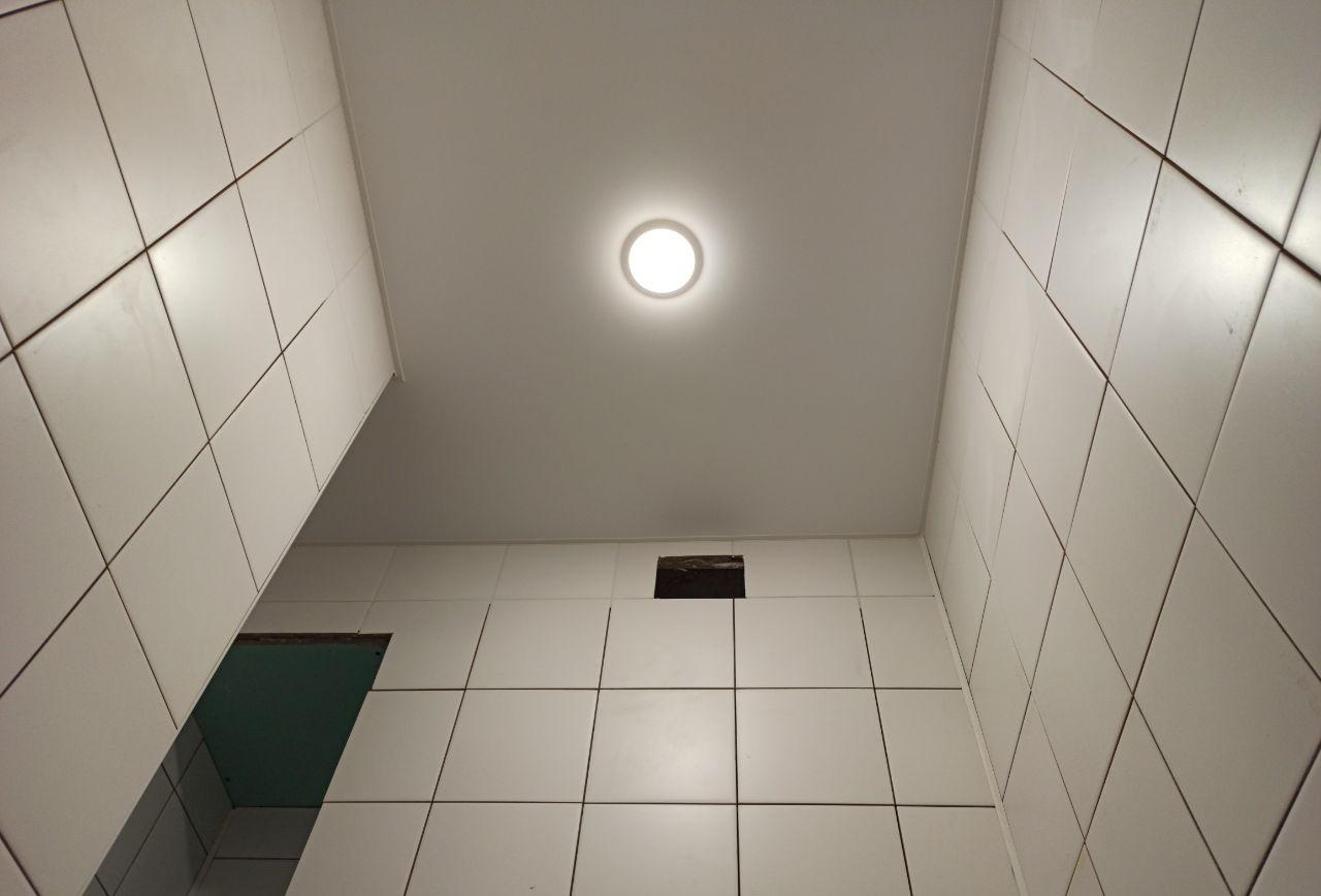 Белый натяжной потолок в туалет