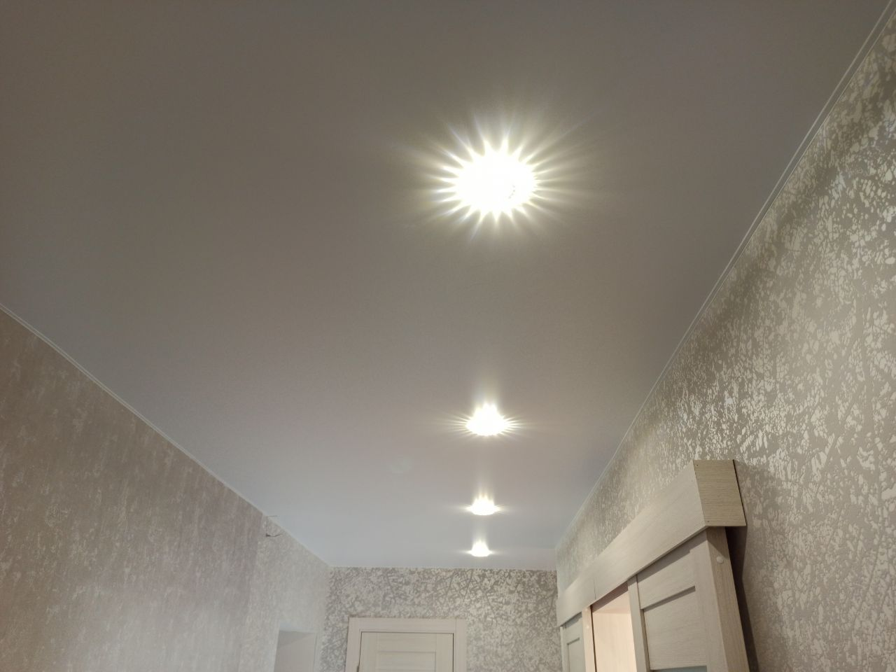 Белая прихожая с подсветкой и светильниками