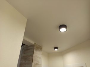 На сколько опускается натяжной потолок?