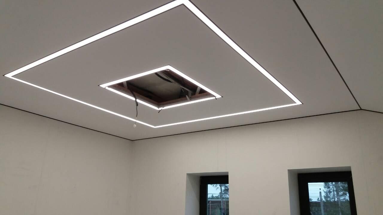 Натяжной потолок с парящими линиями в офисе