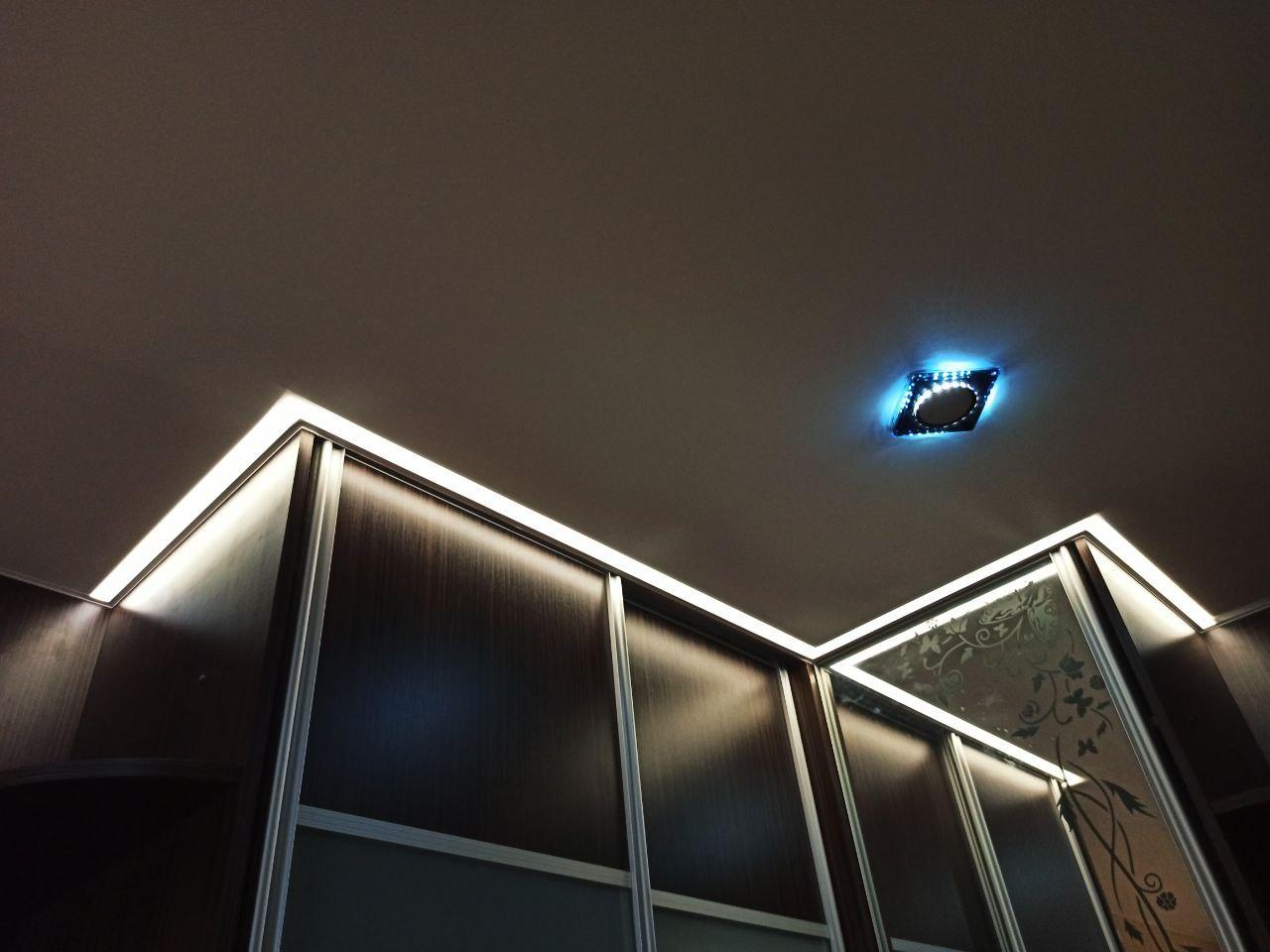 Белый натяжной матовый потолок в прихожую