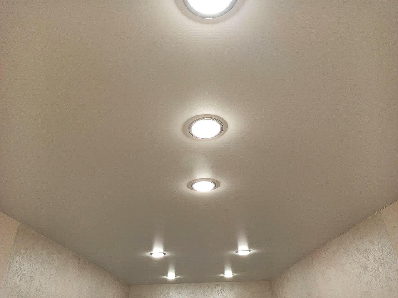 Сатиновый белый потолок в прихожей