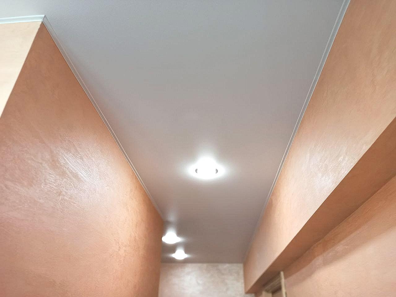 Сатиновый потолок в прихожей Минска