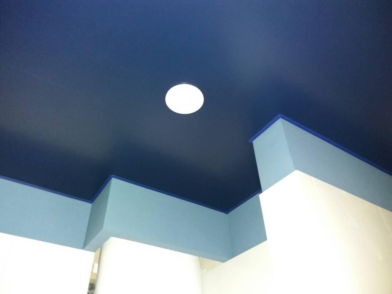 Синий потолок в ванной.