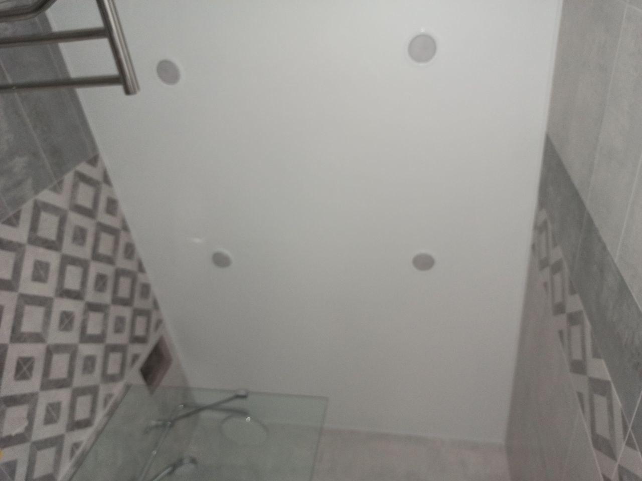 Белый потолок в ванной.
