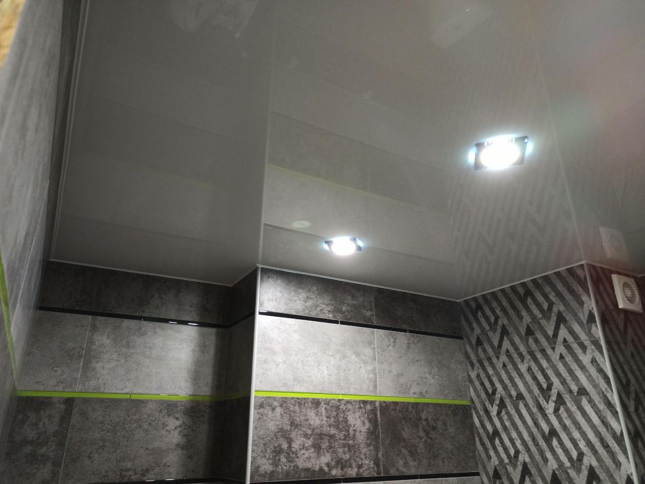 Глянцевый потолок в ванной.