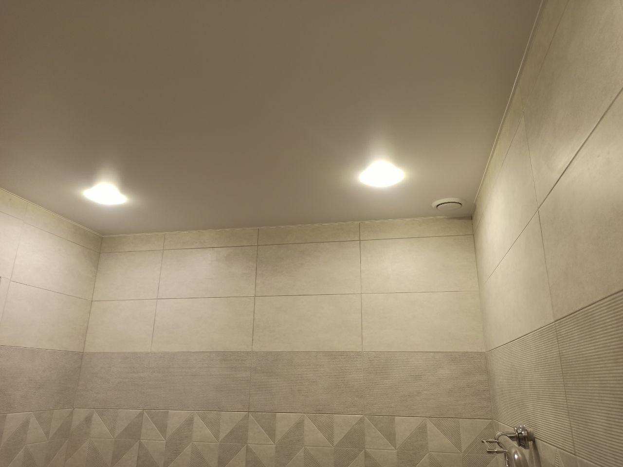 Матовый потолок в ванной комнате.