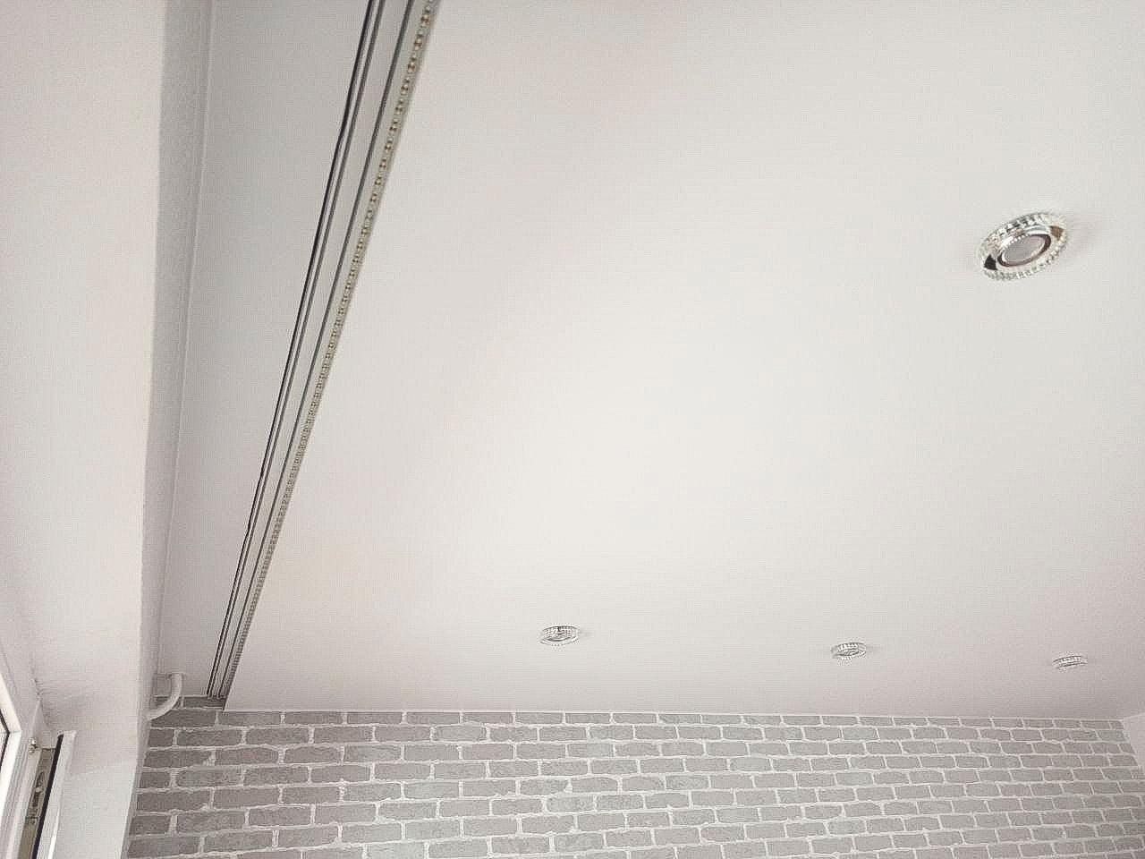 Сатиновый натяжной потолок с подсветкой карниза.