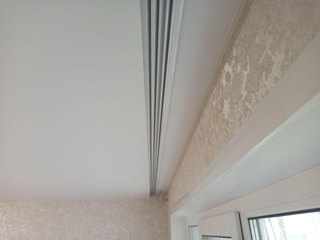Сатиновый потолок с алюминиевым карнизом.