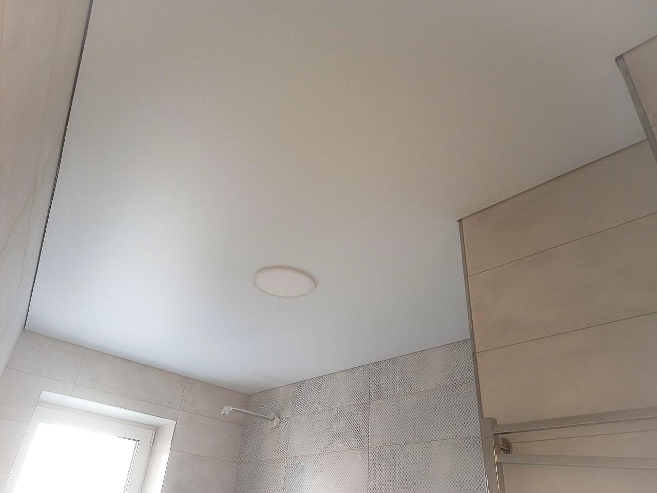Матовый натяжной потолок с теневым профилем.