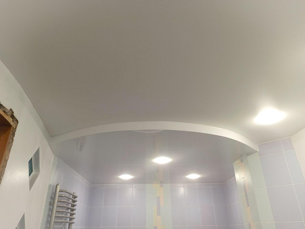 Белый двухуровневый потолок в ванной комнате.