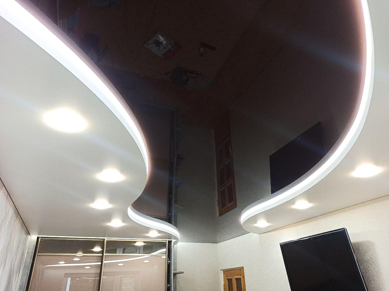 Двухуровневый цветной потолок в зале.