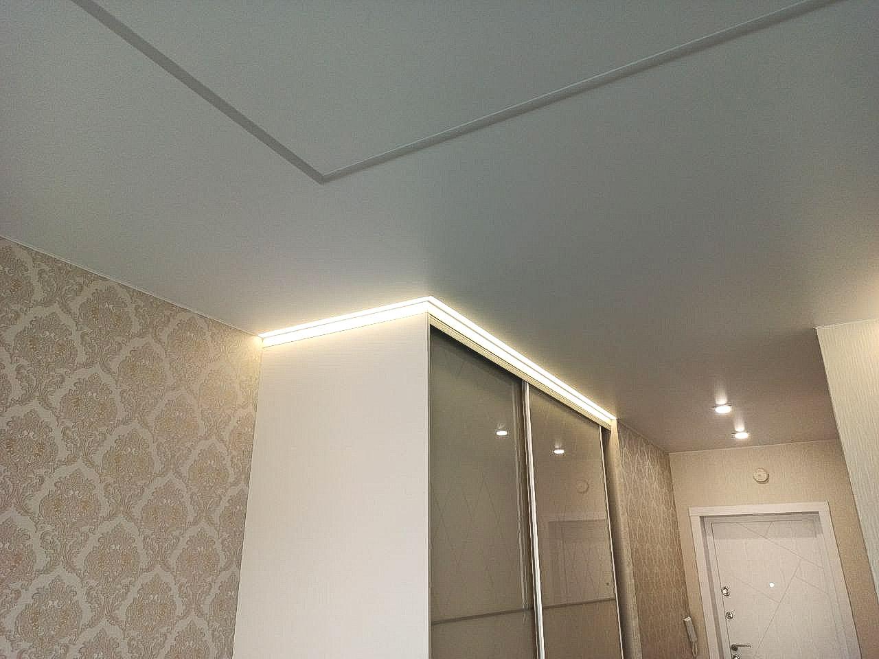 Потолок в зале с парящими линиями.