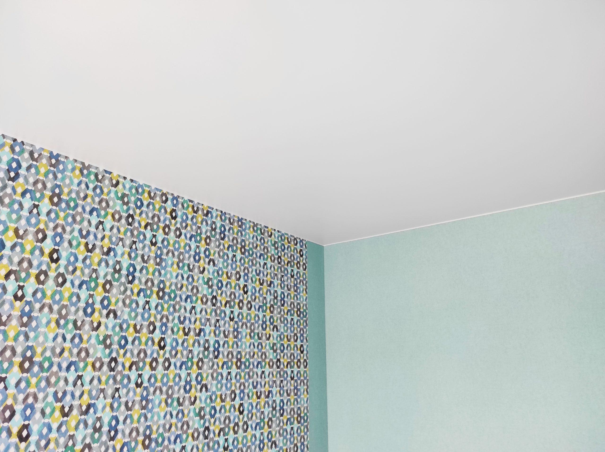 Матовый натяжной потолок в спальне.