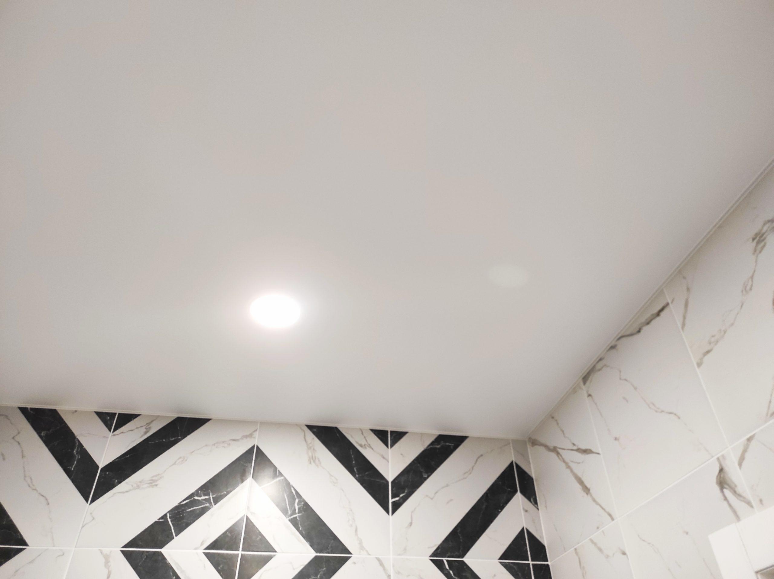 Белый матовый потолок в ванной.