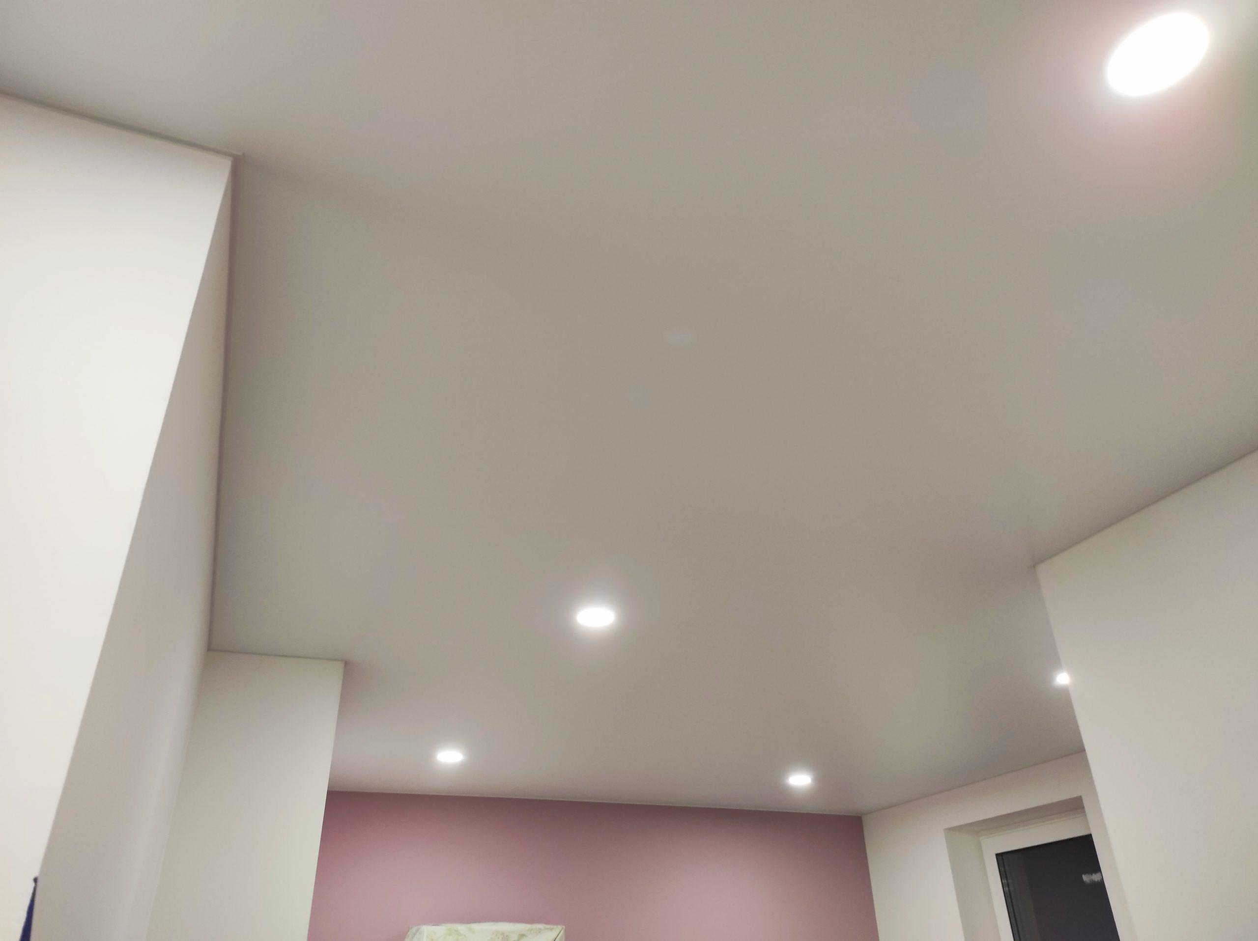 Матовый натяжной потолок в зале.